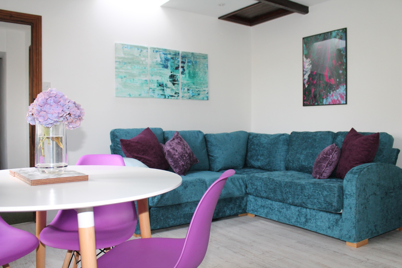 Bluebell Cottage open-plan living area  - holiday cottage sleeps 10 in Bude