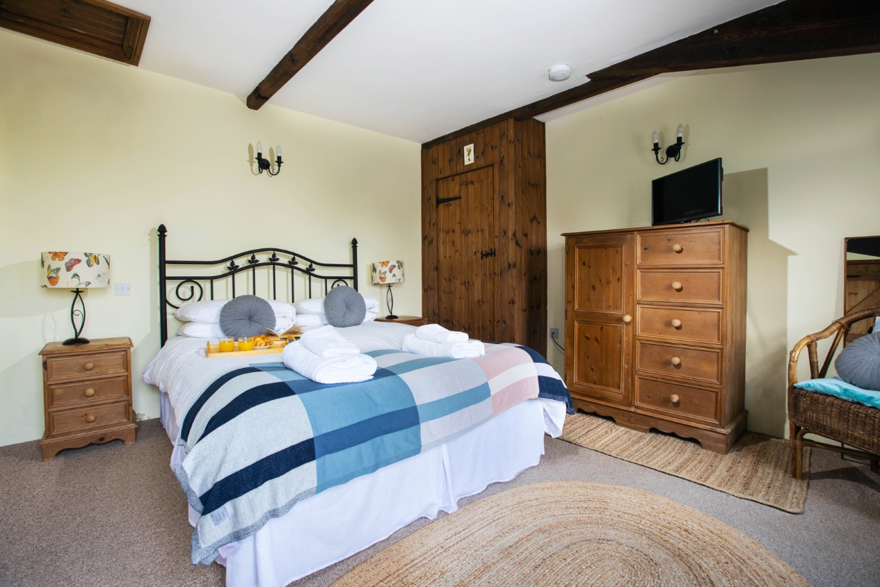 Bluebell Cottage double bedroom  - holiday cottage sleeps 10 in Bude